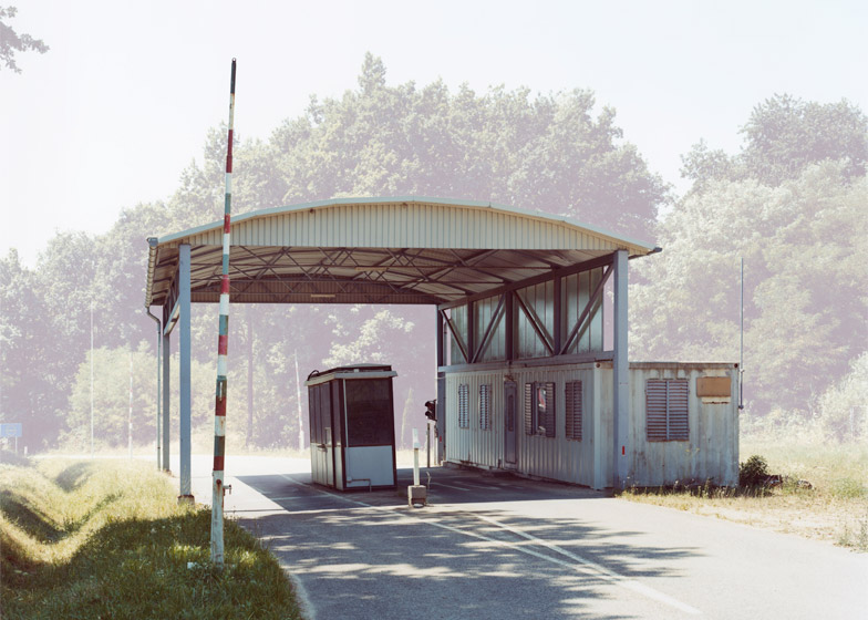 位處邊陲之界的檢查哨站 波蘭攝影師 Josef Schulz 鏡頭下的蒼白國度