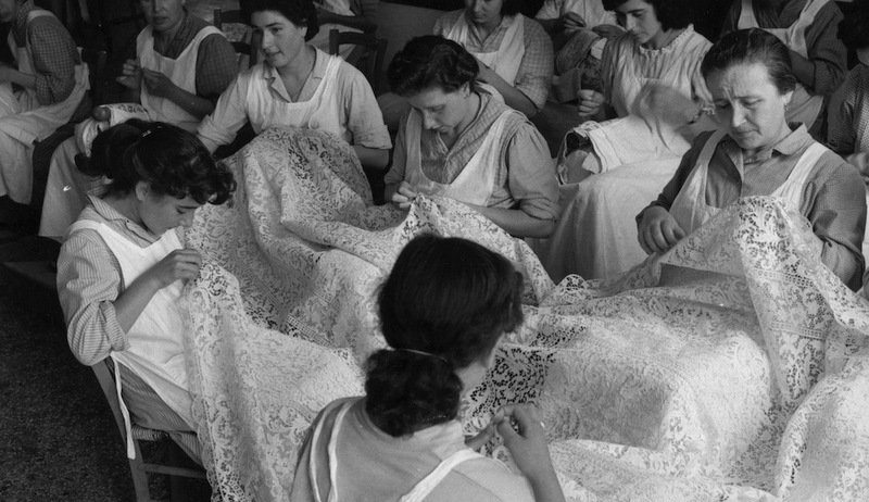 Scuola di merletto nell'isola di Burano, 1954