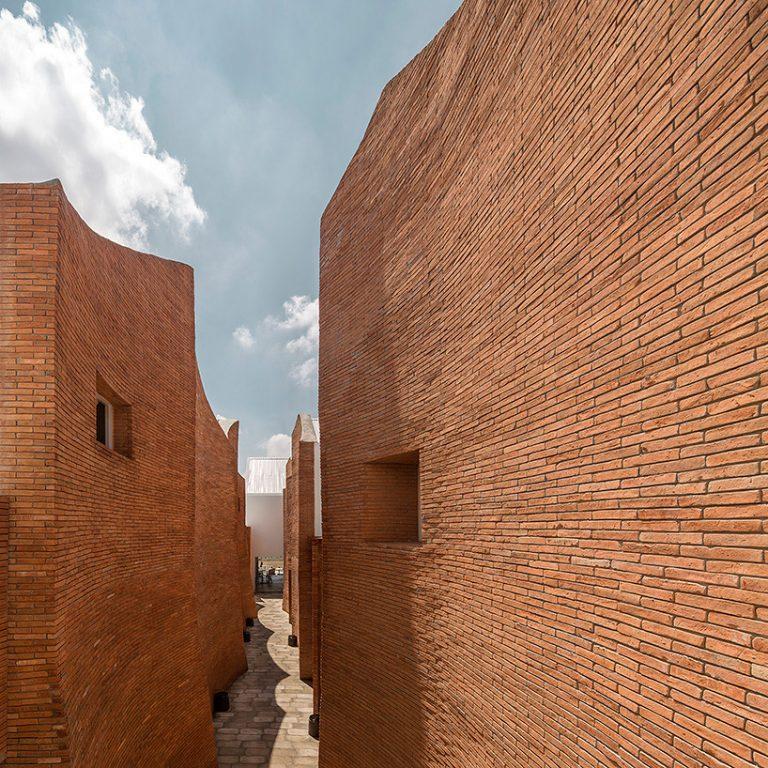 onion-sala-ayutthaya-boutique-hotel-curved-brick-walls-white-geometries-thailand-designboom-04