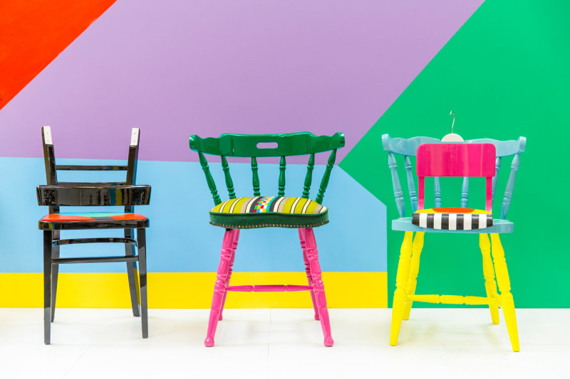 Yinka-Ilori-Yinka-Illori-chairs-upcycled-chairs-Nigerian-Heritage-Design-01-800x533