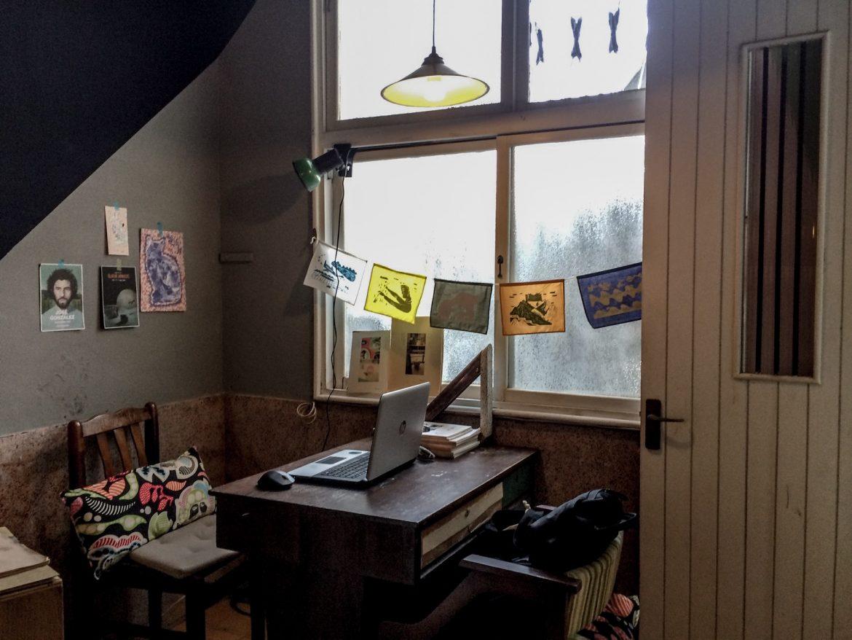 一旁的座位區,倚著窗戶享受照進的朦朧日光,就是打發下午最舒適的角落。