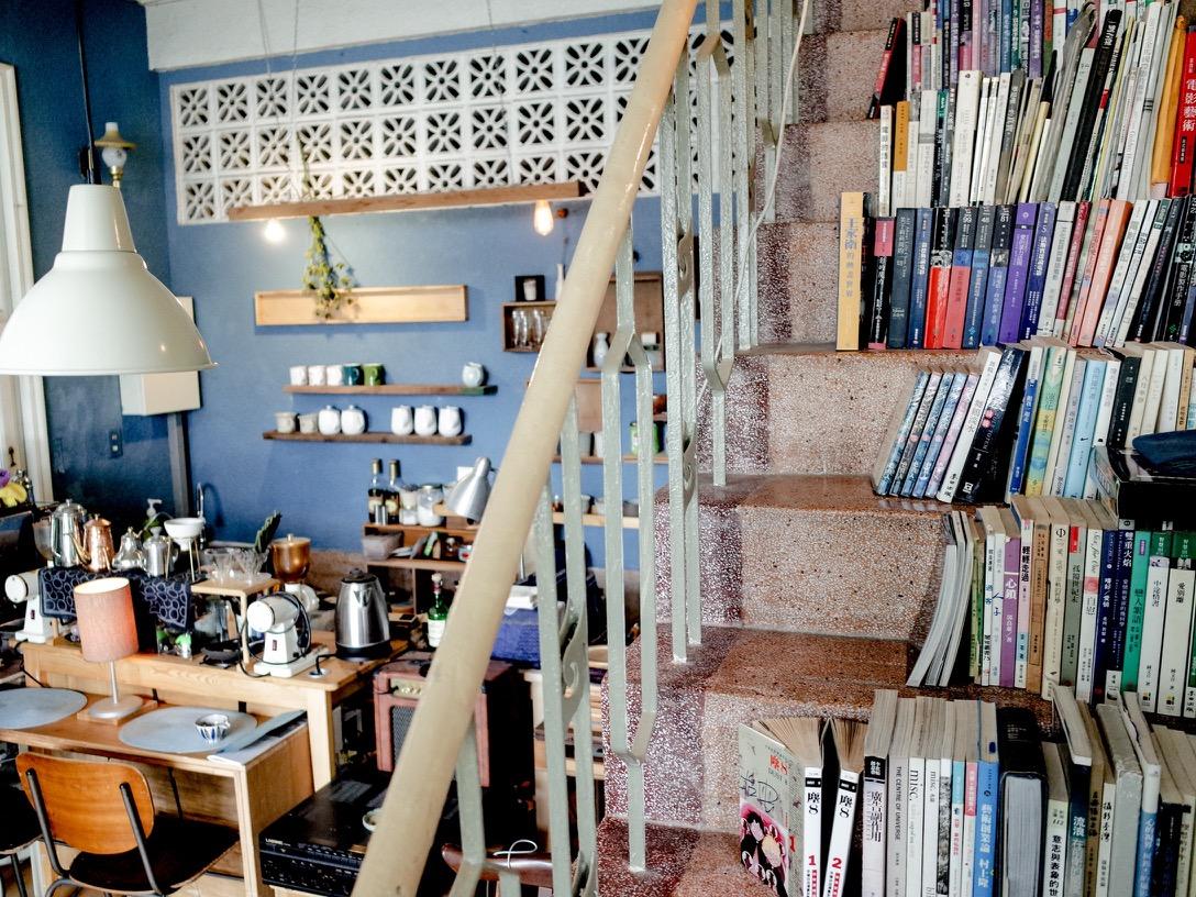 樓梯上放滿鞏鞏的藏書。