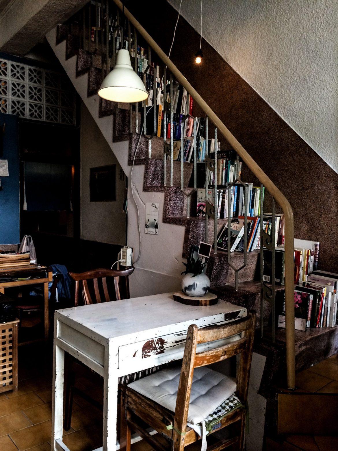 在放滿書籍的樓梯上挑本好書,靜靜閱讀,自是與自己獨處的好時光。