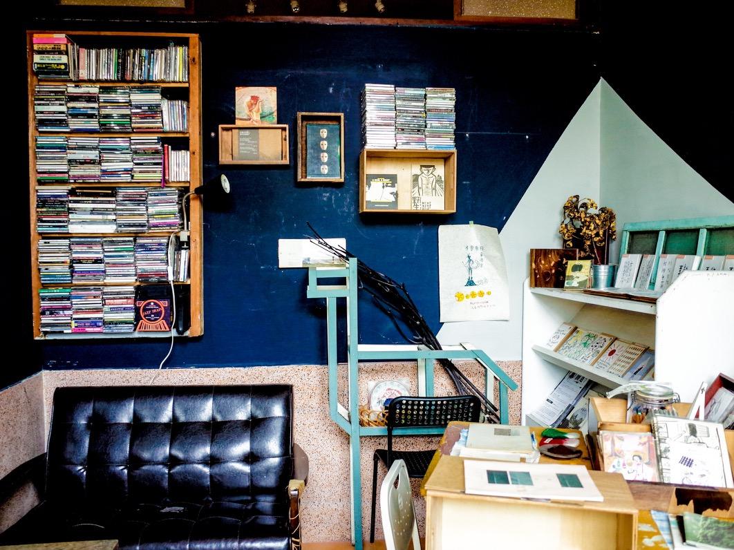 沙發上方的木櫃堆疊著大量的 CD 與 DVD,供客人瀏覽,也是彼此開啟交流的話題。