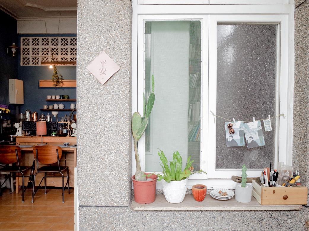 窗台擺放日常小物與植栽,牆柱上的「平安」兩字,道盡店主龔龔對生活的知足期待。