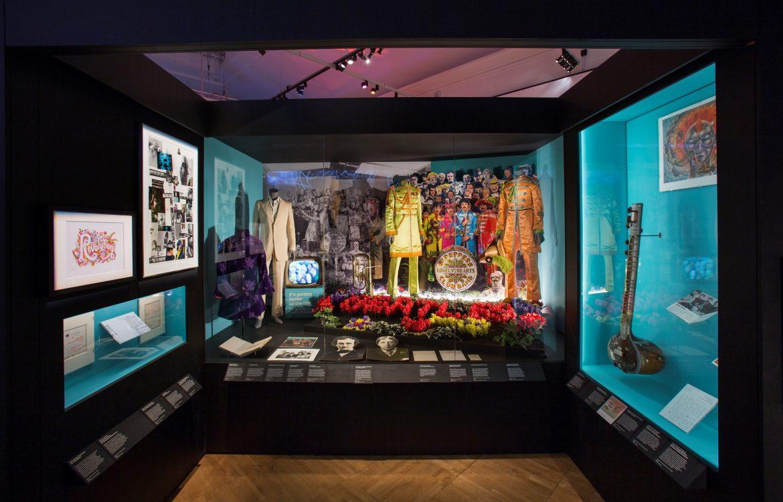 披頭四樂隊於《Sgt. Pepper's Lonely Hearts Club Band》(胡椒士官之寂寞芳心軍樂隊)專輯封面所身穿的軍裝套裝。Image Courtesy of V&A Museum
