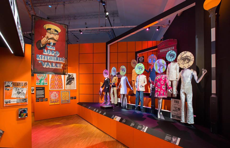 Revolution in youth identity,青年的文化革命延燒,1966 年 4 月 TIME Magazine 稱倫敦為「The Swinging City」,這個城市於音樂、娛樂、服裝文化上的巨變,開始延燒至世界各地。Image Courtesy of V&A Museum