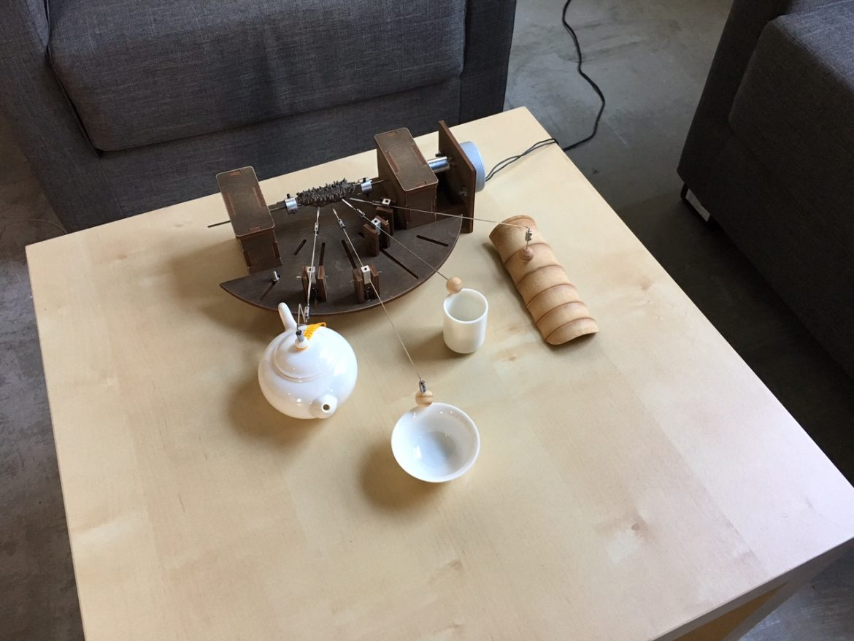 這個裝置是片岡純也在台灣蒐集到的,改裝後它會敲擊茶具出現聲音。Photography/ Juliet.