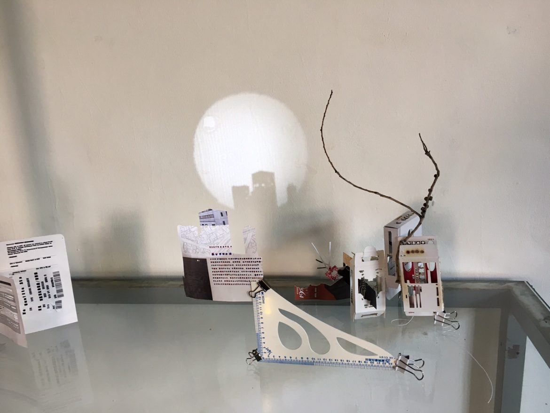 投出的光影落在用報紙捏成的物體後。Photography/Juliet.