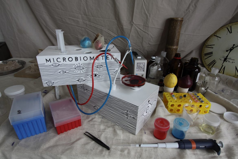 邱馳先後在帝國大學的生物實驗室見習了一週,理解他們做研究與實驗的各種方式。《Synthetic Biology and Fortune Telling》, image courtesy of 邱馳.
