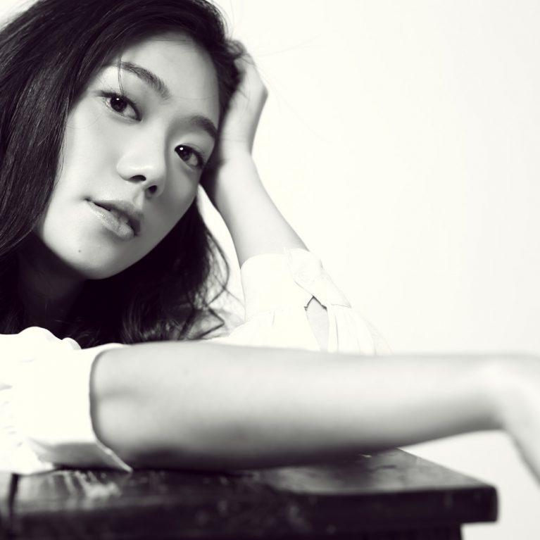 鄧九雲,演員、作家,著有《Litte Notes》系列、《我的演員日記》、《用走的去跳舞》、《暫時無法安放的》。