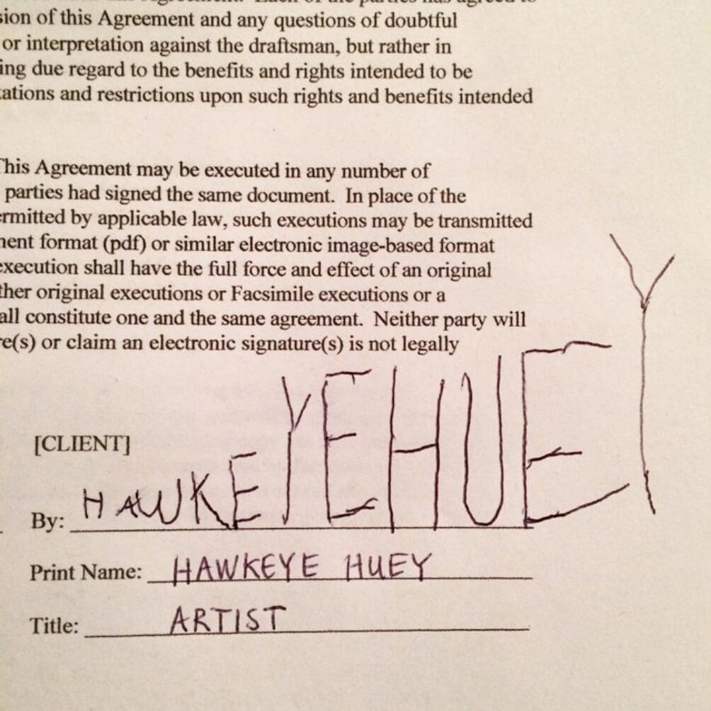 五歲藝術家在合同上藝術的簽名。